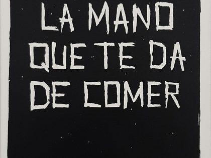 Quique Ortiz: (No) morder la mano que te da de comer, 2021. Óleo sobre lienzo. 70x50cm.