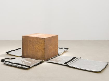 Manuel Minch: Glovo, 2021. Acero y mochila, 38x180x120 cm