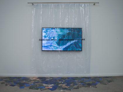 Manuel Minch. AFK. 2019. Vinilo transparente con texto, vinilo adhesivo, soporte metálico y vídeo en bucle (60min.). 150x200x30cm.