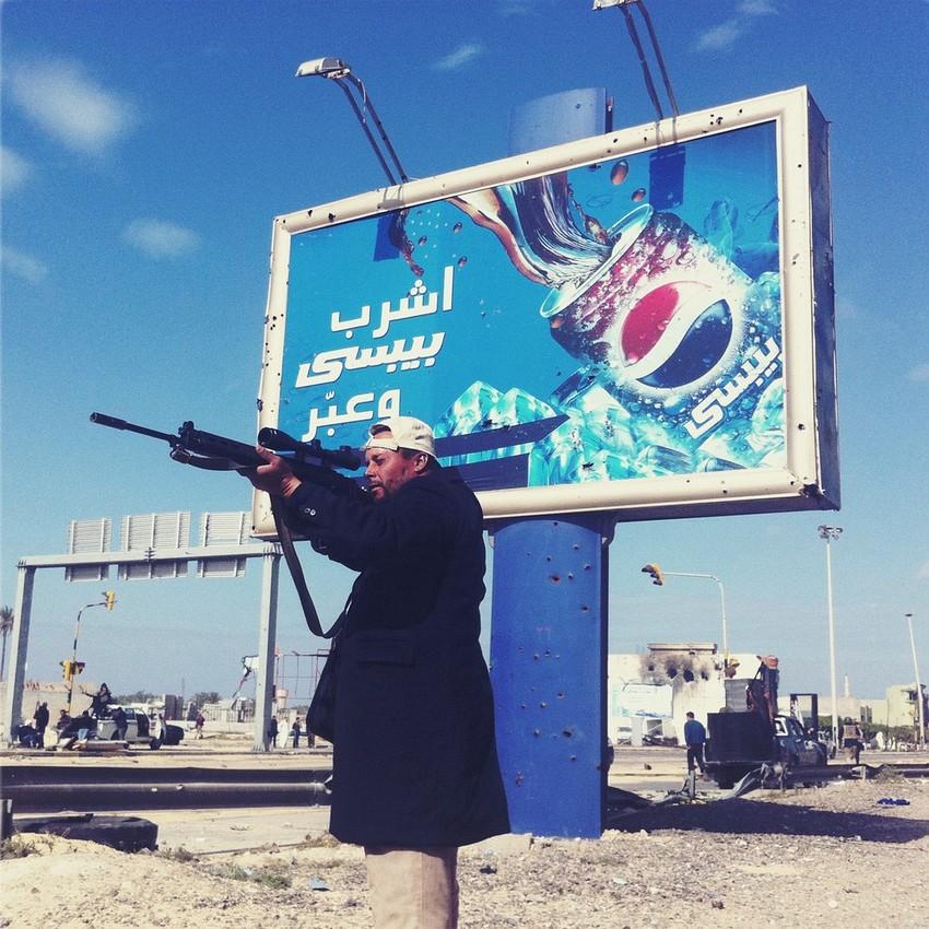 GUILLERMO CERVERA. Rebelde disparando en Misrata, Libia.