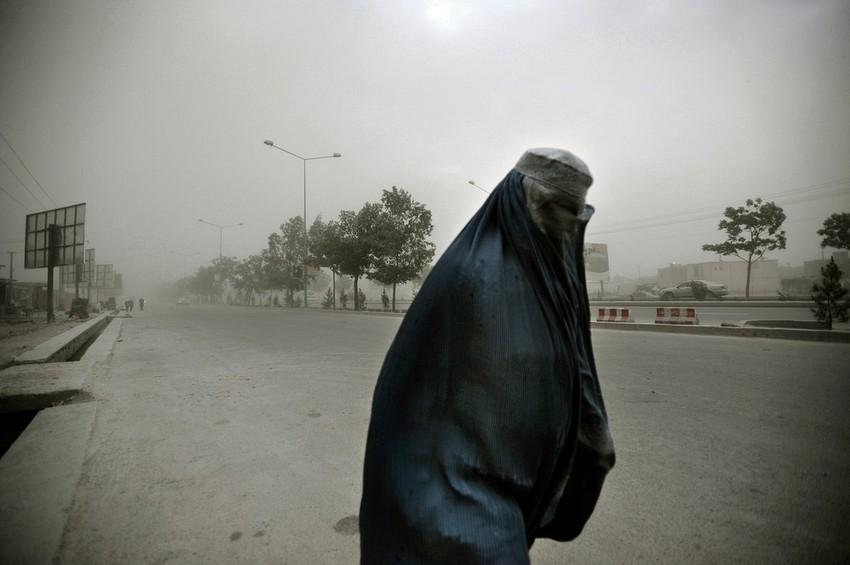 GUILLERMO CERVERA. Mujer en una tormenta de arena en Kabul, Afganistán.