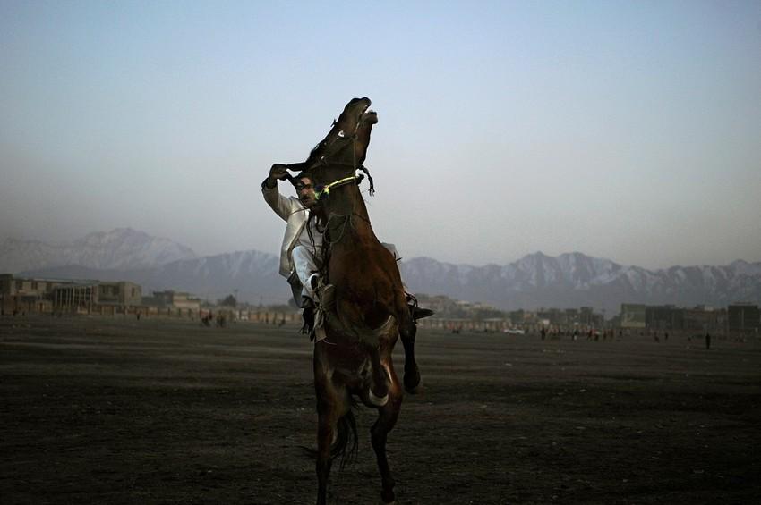 GUILLERMO CERVERA. Tayiko cabalgando en Kabul, Afganistán