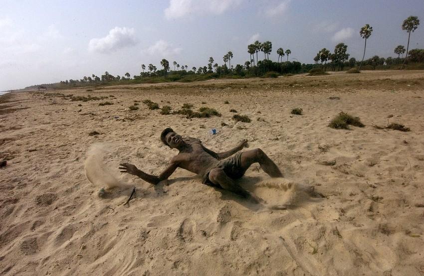 GUILLERMO CERVERA.  Un tamil cae ante los disparos del ejército de Sri Lanka.
