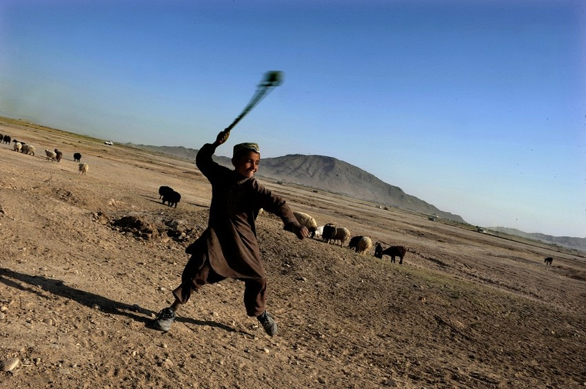 GUILLERMO CERVERA.  Un niño lanzando una honda en Kandahar, Afganistán