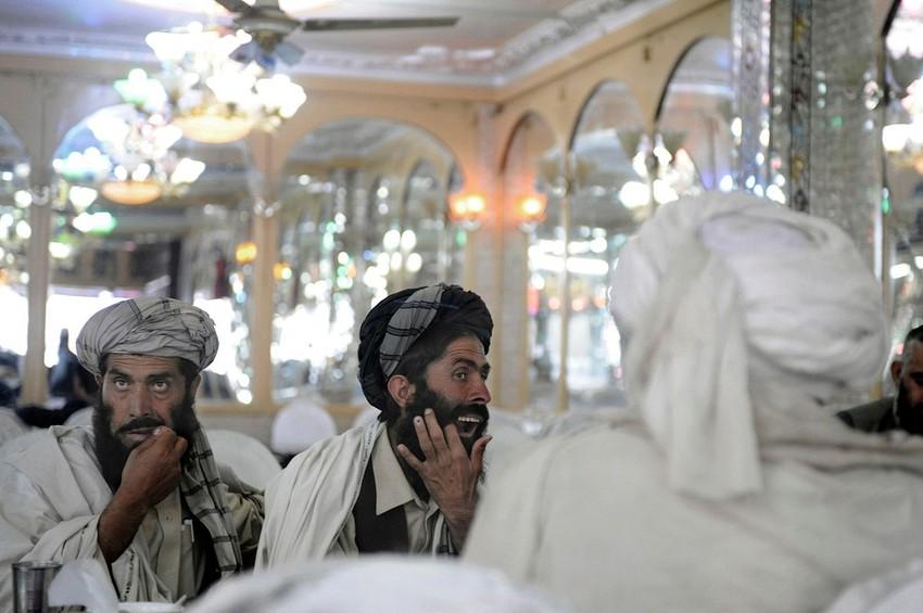 GUILLERMO CERVERA. Pastunes limpiándose los dientes tras comer en un restaurante de Kabul, Afganistán.