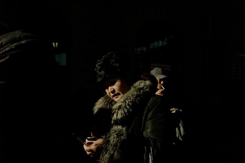 GUILLERMO CERVERA. Mujer en las calles de Moscú antes de las elecciones