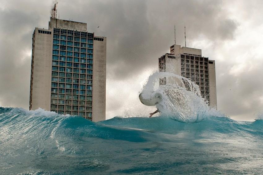 GUILLERMO CERVERA. Surfista en la Habana, Cuba