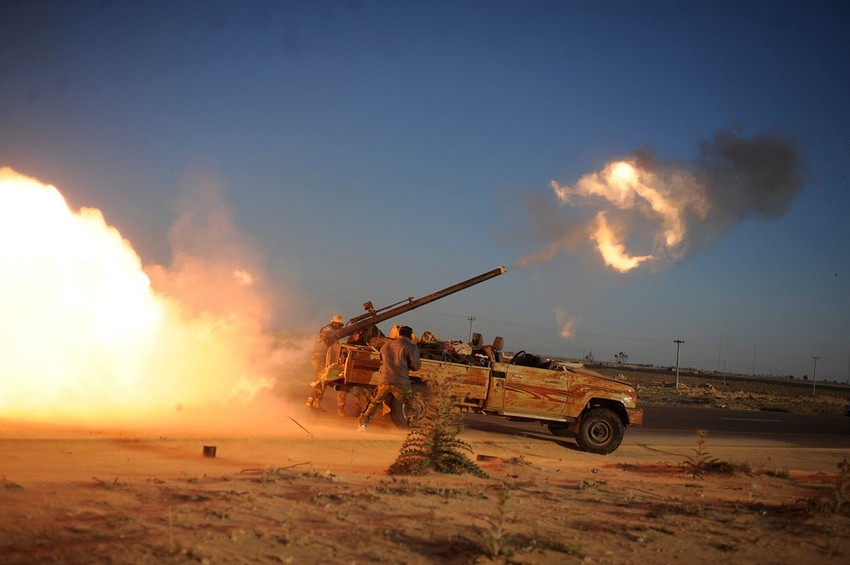 GUILLERMO CERVERA. Artillería rebelde disparando contra fuerzas gadafistas en Adjabiya, Libia.