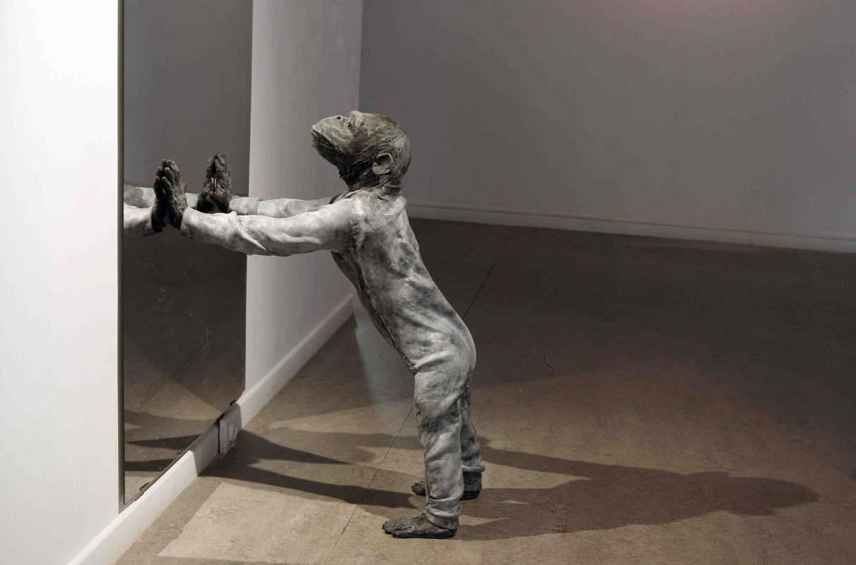 JOSÉ COBO. Mono de pie apoyado en un espejo.