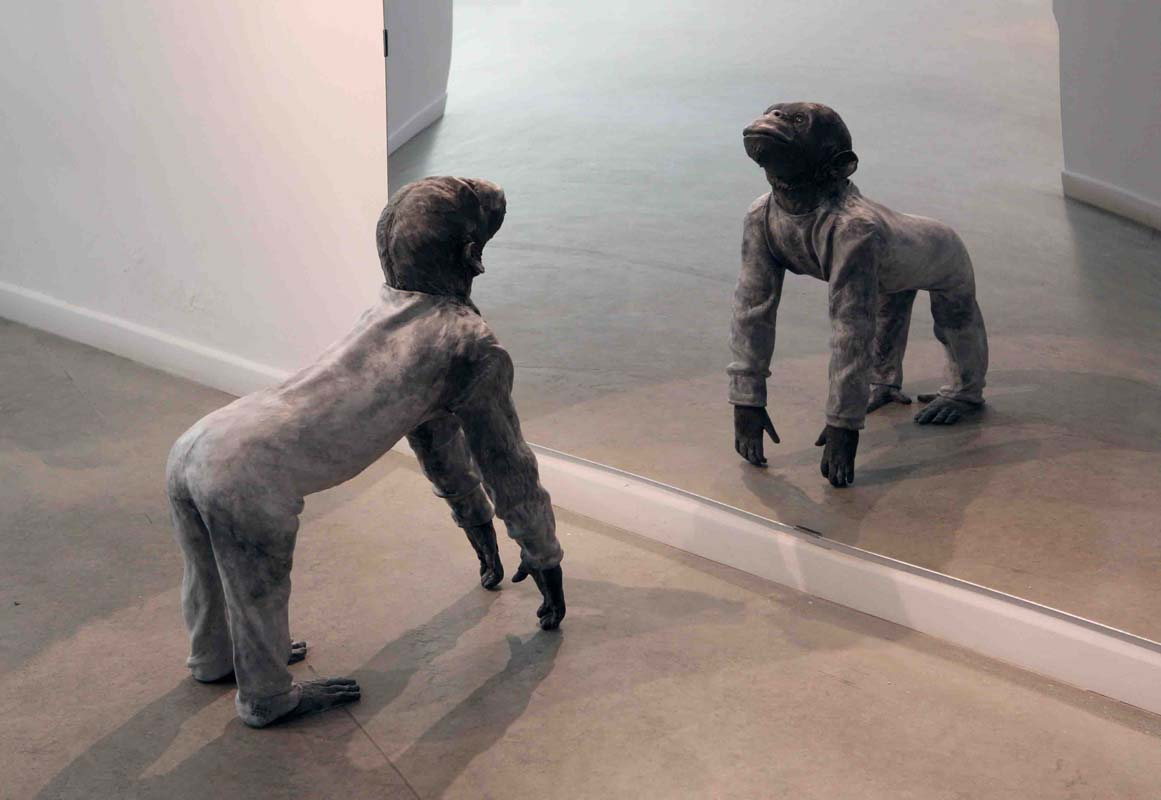 JOSÉ COBO. Mono a 4 patas mirando a un espejo.