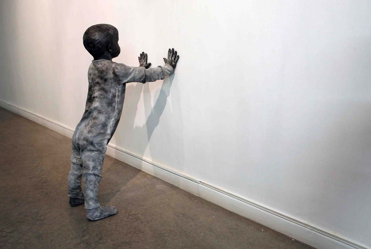 JOSÉ COBO. Niño apoyado en la pared.