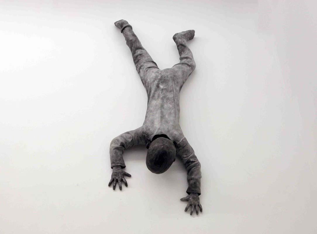 JOSÉ COBO. Niño bajando por la pared