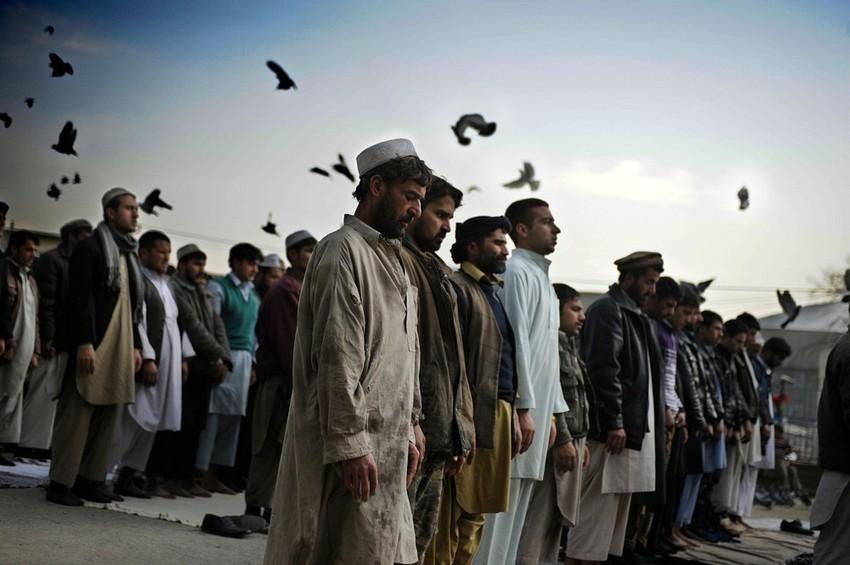 GUILLERMO CERVERA. Pastunes rezando en una mezquita de Kandahar, Afganistán
